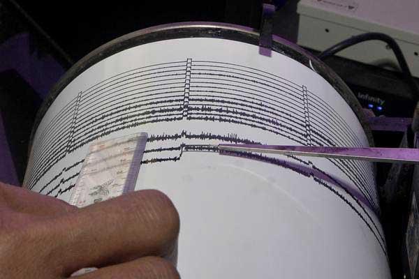 Ilusrasi petugas mengamati grafik seismograf, alat pemantau kekuatan gempa bumi. - Antara/Fikri Yusuf