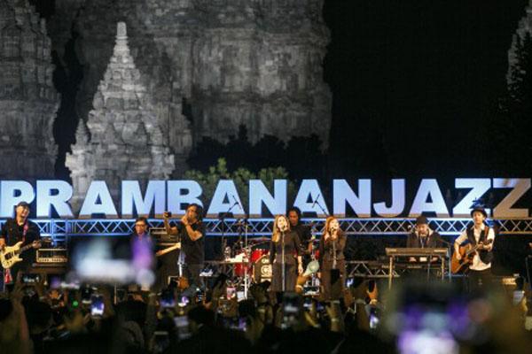 Penyanyi Ari Lasso tampil pada acara Prambanan Jazz Festival 2019 di Taman Wisata Candi Prambanan, Sleman, Yogyakarta, Minggu (7/7/2019) malam. - Antara/Hendra Nurdiansyah