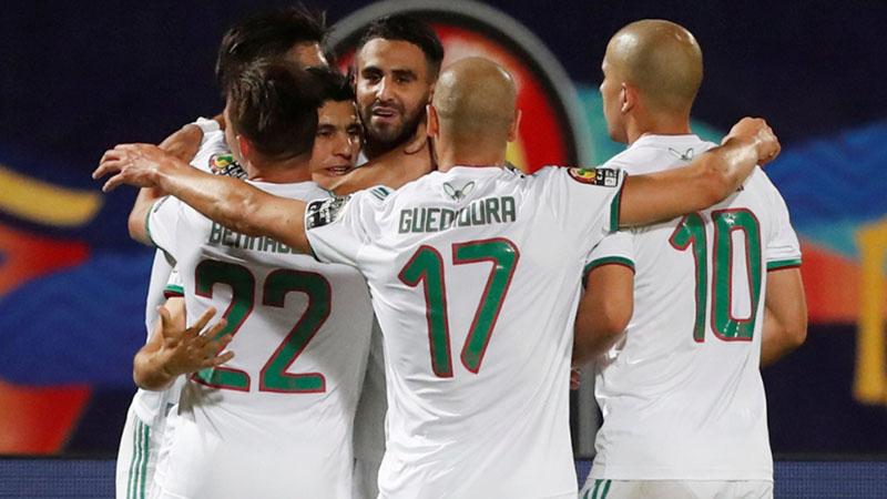 Para pemain Aljazair bersukacita selepas Riyad Mahrez (ketiga kanan) mencetak gol kedua timnya ke gawang Guinea. - Reuters/Amr Abdallah Dalsh