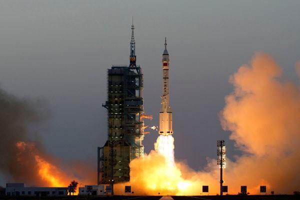 Ilustrasi - Pesawat Ulang Alik Shenzhou-11 yang membawa astronot Jing Haipeng dan Chen Dong meluncur dari landasan luncur di Jiuquan, Senin (17/10/2016). - Reuters