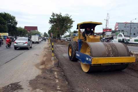 Perbaikan jalan di lintas Sumatra, beberapa waktu lalu.