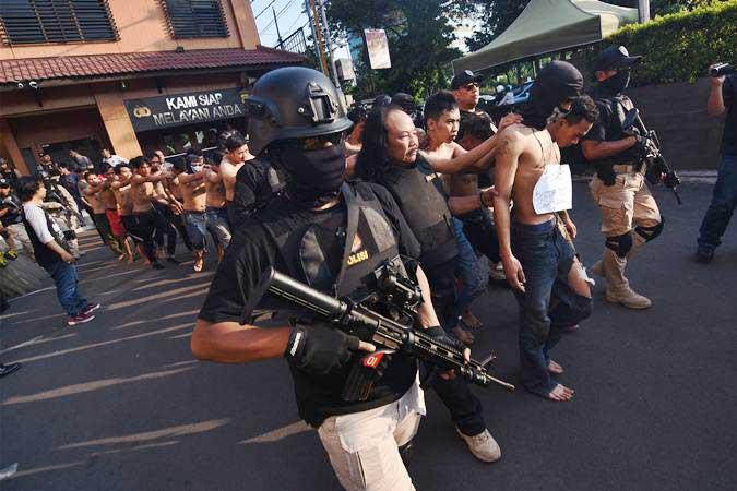 Polisi menggiring para tersangka pelaku kericuhan pada Aksi 22 Mei saat gelar perkara di Polres Metro Jakarta Barat - ANTARA/Indrianto Eko Suwarso