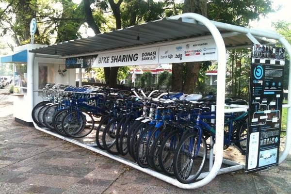 Menikmati suasana Kota Bandung kini bisa dilakukan dengan memanfaatkan fasilitas Bandung Bike Sharing atau Bike on The Street Everybody Happy (Boseh) yang disediakan oleh Pemerintah Kota Bandung. - Youtube