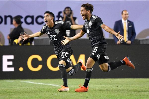 Jonathan Dos Santos (6) merayakan golnya untuk Meksiko ke gawang Amerika Serikat bersama Jorge Sanchez (22). - Reuters