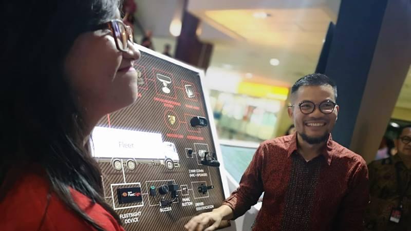 Vice President Brand and Communications Telkomsel Nirwan Lesama (tengah) saat menjelaskan kepada pelanggan mengenai produk Telkomsel Fleetsight merupakan layanan pengelolaan armada kendaraan atau fleet management, dalam gelaran Telkomsel Indonesia International Motor Show, di Jakarta (25/4). - Dok. Telkomsel
