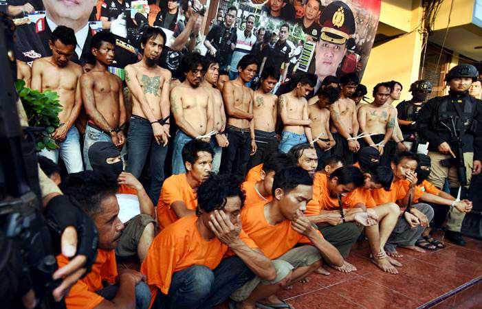 Polisi menunjukkan tersangka pelaku kericuhan pada Aksi 22 Mei saat gelar perkara di Polres Metro Jakarta Barat, Kamis (23/5/2019). - ANTARA/Indrianto Eko Suwarso