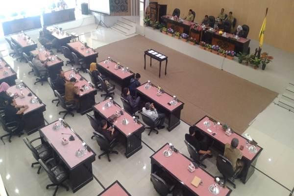 Sejumlah kursi kosong saat acara rapat paripurna di DPRD Kota Madiun kosong, Senin (8/7 - 2019). (Madiunpos.com/Abdul Jalil)