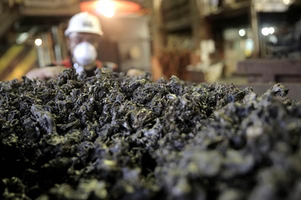 Pekerja melakukan proses pemurnian dari nikel menjadi feronikel di fasilitas pengolahan dan pemurnian (smelter) Pomalaa milik PT Antam Tbk., di Kolaka, Sulawesi Tenggara. - JIBI/Nurul Hidayat