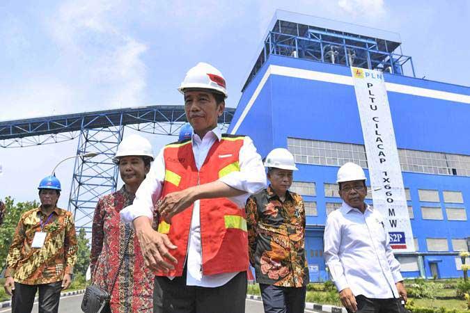 Presiden Joko Widodo (tengah) bersama Menteri BUMN Rini Soemarno (kedua kiri), Menteri ESDM Ignasius Jonan (kedua kanan) dan Mensesneg Pratikno (kanan) meninjau PLTU Cilacap Ekspansi 1x660 MW di Karangkandri, Cilacap, Jawa Tengah, Senin (25/2/2019). - ANTARA/Puspa Perwitasari