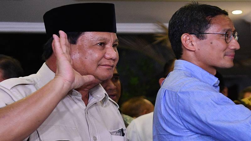 Calon Presiden dan Wakil Presiden nomor urut 02 Prabowo Subianto (kiri) dan Sandiaga Uno menyapa wartawan usai memberikan keterangan pers terkait putusan MK tentang perselisihan hasil pemilihan umum (PHPU) Pilpres 2019 di kediaman Prabowo, Jakarta Selatan, Kamis (27/6/2019). - Antara