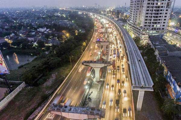 Suasana proyek pembangunan LRT di Bekasi, Jawa Barat, Selasa (5/6/2018). - ANTARA/Muhammad Adimaja