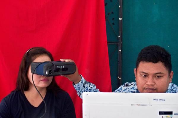 Petugas Dispendukcapil Kota Semarang melakukan perekaman iris mata seorang narapidana wanita untuk keperluan pendataan dan pembuatan KTP elektronik, di Lapas Wanita Kelas II A Semarang, Jawa Tengah, Kamis (17/1/2019). - ANTARA/R. Rekotomo