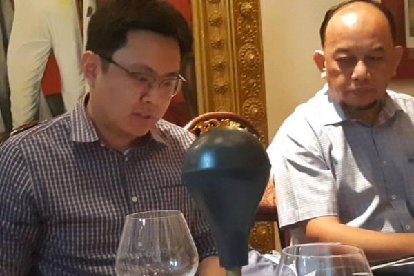 Senior Associate DLA Piper Singapore Pte Ltd Wincen Santoso (kiri) sedang memberikan penjelasan kepada wartawan terkait banyaknya sengketa bisnis yang diselesaikan melalui jalur arbitrase di Singapura. - Antara