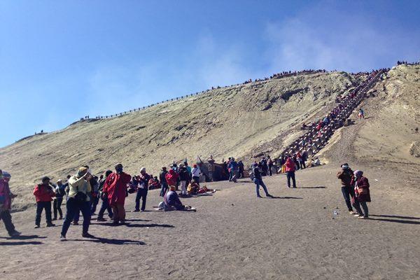 Para pengunjung yang memadati obyek wisata gunung Bromo, salah satu obyek wisata di Jawa Timur yang diminati wisatawan domestik maupun mancanegara. - Bisnis.com/Natalia Indah Kartikaningrum