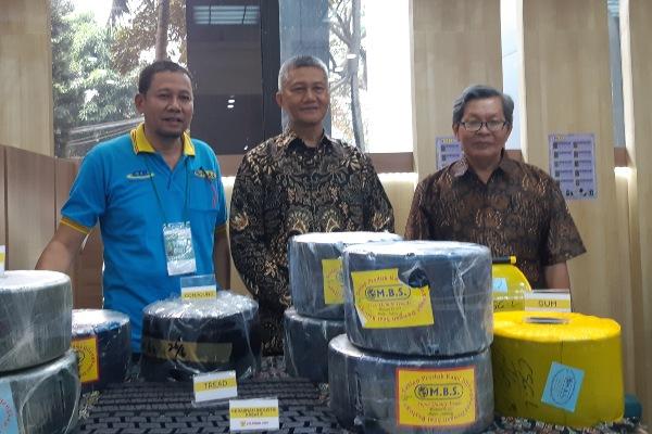 Ahmad Gunawan, Sekjen Asosiasi Pabrik Vulkanisir Ban Indonesia (Apvubindo) (kedua dari kiri) dan Tjutju Dharmawan, Ketua Umum Apvubindo (kedua dari kanan) dalam Pameran Produk Industri Plastik dan Karet 2019, di Jakarta, Selasa (9/7/2019) - Annisa Sulistyorini