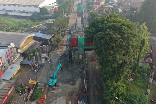 Pejerja mengerahkan alat berat untuk membersihkan tumpahan cor beton akibat ambruknya bekisting pier head jalan tol BORR seksi 3A, Rabu (10/7/2019) pagi. - Bisnis