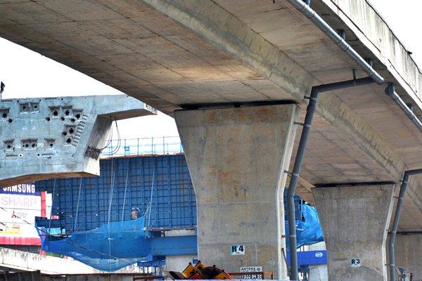 Pekerja menyelesaikan proyek pembangunan jalan tol Bogor Ring Road (BORR) Seksi 2B di jalan KH Sholeh Iskandar, Kota Bogor, Jawa Barat, Rabu (12/4). - Antara/Arif Firmansyah