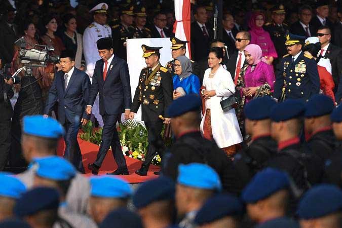 Presiden Joko Widodo (tengah) bersama Ibu Negara Iriana Joko Widodo (keenam kanan) didampingi Wakil Presiden Jusuf Kalla beserta Ibu Mufidah Jusuf Kalla (ketujuh kanan) menghadiri upacara puncak perayaan HUT ke-73 Bhayangkara dan bertindak sebagai inspektur upacara di Silang Monas, Jakarta, Rabu (10/7/2019). - ANTARA/Wahyu Putro A