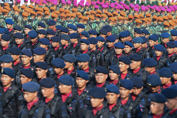 Personel Brimob Polri dan Prajurit TNI mengikuti upacara puncak perayaan HUT ke-73 Bhayangkara di Silang Monas, Jakarta, Rabu (10/7/2019). Presiden yang hadir sebagai inspektur upacara mengapresiasi atas pencapaian Wajar Tanpa Pengecualian (WTP) dari BPK serta berharap sinergitas TNI - Polri dapat ditingkatkan dalam upaya menghadapi berbagai tantangan tugas yang semakin kompleks. - Antara/Wahyu Putro A