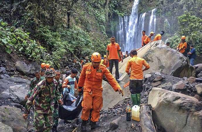 Tim SAR gabungan mengangkat jenazah wisatawan yang tertimpa longsoran batu saat terjadi gempa di air terjun Tiu Kelep, Desa Senaru, Kecamatan Bayan, Lombok Utara, NTB, Senin (18/3/2019). - ANTARA/Humas Basarnas NTB
