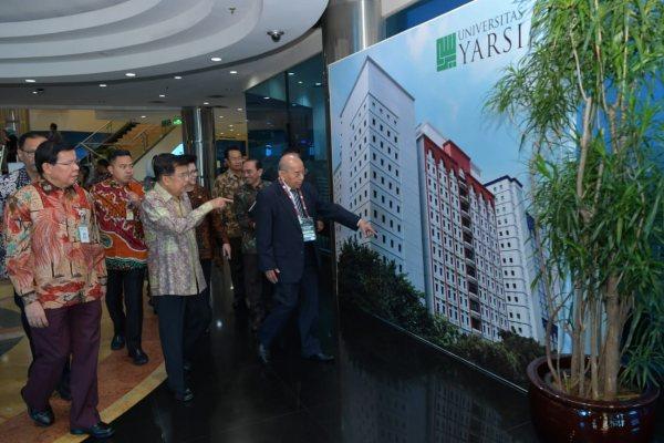 Wakil Presiden Jusuf Kalla menerima penjelasan dari manajemen RS Yarsi dalam peresmian fasilitas kesehatan ini pada Rabu (10/7 - 2019).