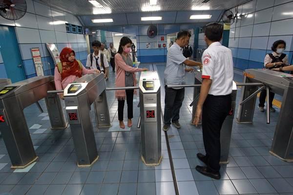 Penumpang menempelkan kartu KRL di gerbang masuk Stasiun Juanda Jakarta, Senin (23/7/2018). - JIBI/Dwi Prasetya
