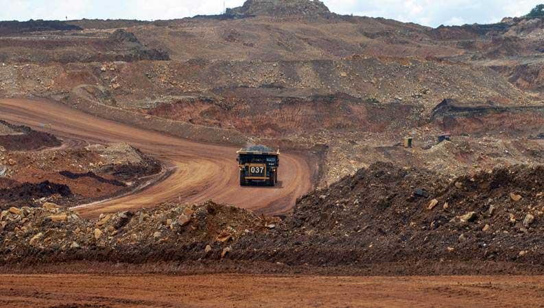 Articulated dump truck mengangkut material pada pengerukan lapisan atas di pertambangan nikel PT. Vale Indonesia di Soroako, Luwu Timur, Sulawesi Selatan. - ANTARA/Basri Marzuki