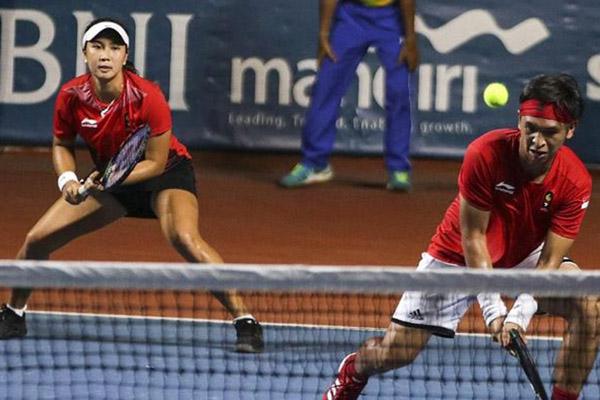 Petenis ganda campuran Indonesia Christopher Rungkat (kanan) dan Aldila Sutjiadi ketika bermain di Asian Games 2018. - Antara