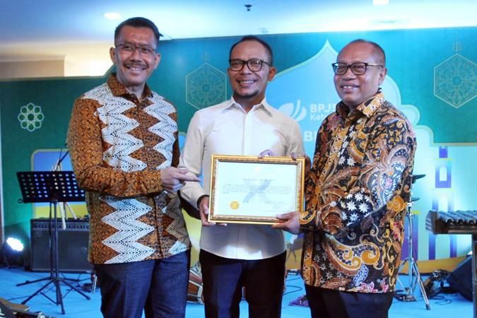 Direktur Utama BPJS Ketenagakerjaan Agus Susanto (dari kanan) berpose dengan Menteri Ketenagakerjaan Hanif Dhakiri, dan Ketua Komisi Pengawasan, Monitoring dan Evaluasi Dewan Jaminan Sosial Nasional (DJSN) Suprayitno, usai menerima hasil kinerja evaluasi sertifikat penilaian, di Jakarta, Rabu (26/6/2019). - Bisnis/Endang Muchtar