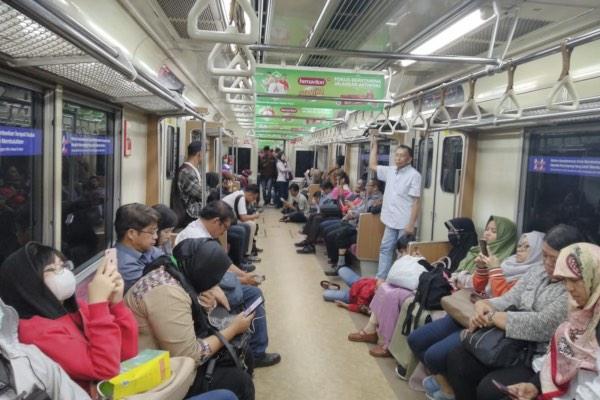 Situasi di dalam kereta commuterline arah Jatinegara yang sudah menunggu 1,5 jam karena adanya rel patah di jalur menuju Stasiun Angke, Senin (15/4/2019). - Bisnis/Surya Riyanto