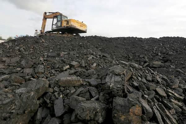 Aktivitas bongkar muat batu bara di salah satu tempat penampungan di Balikpapan, Kalimantan Timur. - ANTARA/Irwansyah Putra