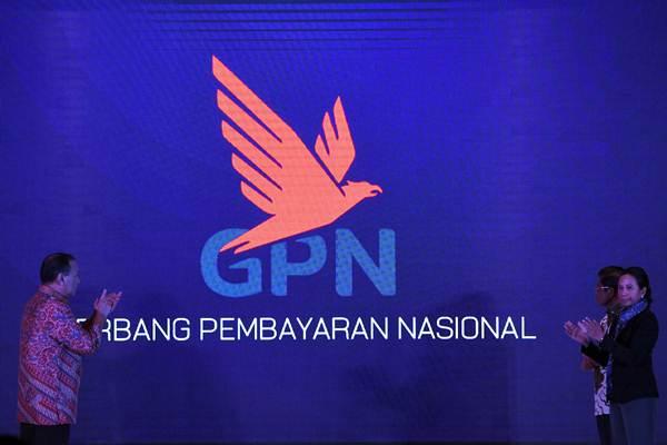 Gubernur Bank Indonesia Agus Martowardojo (kiri) bersama Menteri BUMN Rini Soemarno (kanan) dan Menteri Sosial Idrus Marham meluncurkan bersama kartu berlogo Gerbang Pembayaran Nasional (GPN) di Jakarta, Kamis (3/5/2018). - ANTARA/Puspa Perwitasari