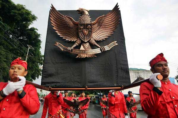 Sejumlah seniman membawa lambang Garuda Pancasila saat Kirab Grebeg Pancasila di Blitar, Jawa Timur, Rabu (31/5). - Antara/Irfan Anshori