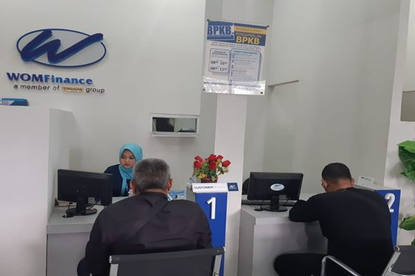 Petugas WOM Finance Cabang Palembang melayani nasabah di kantor baru yang terletak di Jalan Angkatan 45 Kota Palembang - Bisnis/Dinda Wulandari