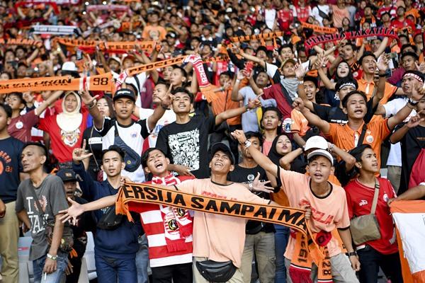 The Jak Mania menerikan yel-yel saat pertandingan Persija Jakarta melawan Persib Bandung pada laga lanjutan Liga 1 2019 di Stadion Utama Gelora Bung Karno, Jakarta, Rabu (10/7/2019). - ANTARA FOTO/Hafidz Mubarak A