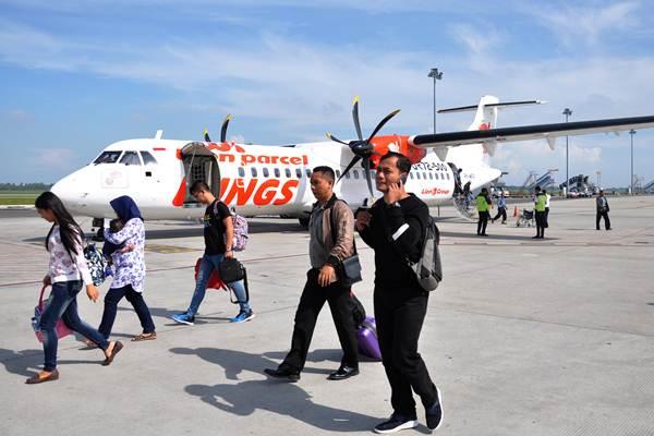 Penumpang pesawat udara berjalan menuju terminal kedatangan - ANTARA FOTO/Septianda Perdana