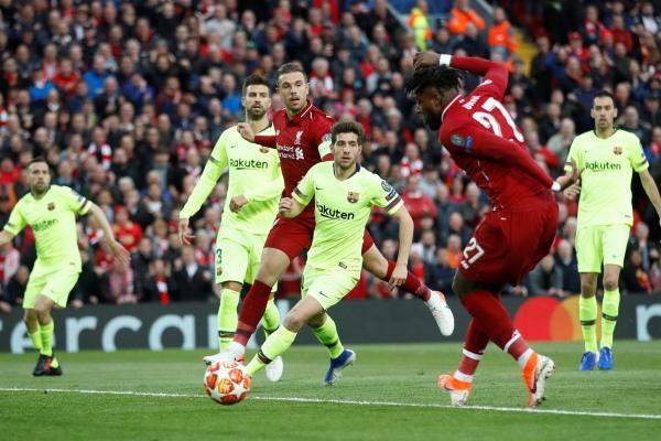 Penyerang Liverpool Divock Origi mencetak gol dalam pertandingan leg kedua semifinal Liga Champions melawan Barcelona di Anfield, Rabu (8/5/2019) - Reuters/Carl Recine