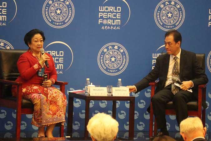 Mantan Presiden RI yang juga Ketua Umum DPP PDIP Megawati Soekarnoputri menjadi pembicara utama dalam Forum Perdamaian Dunia (WPF) ke-8 di Beijing, China, Senin (8/7/2019). - ANTARA/M. Irfan Ilmie