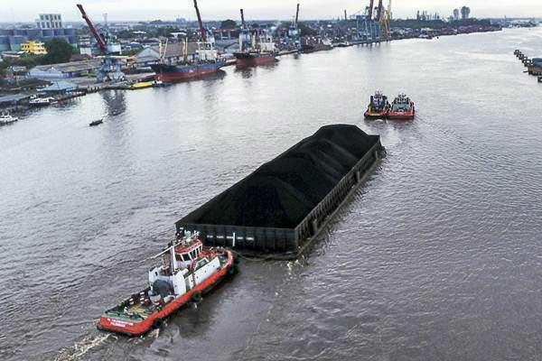 Kapal tongkang pengangkut batu bara melintas di Sungai Musi, Palembang, Sumatra Selatan. - ANTARA/Nova Wahyudi