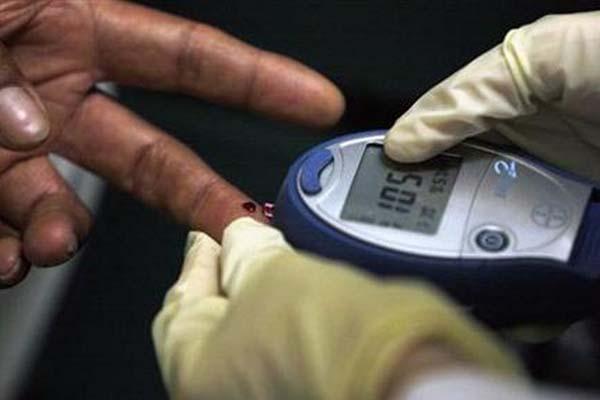 Ilustrasi pengecekan kadar gula darah terhadap penderita diabetes melitus - Reuters