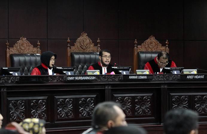 Ketua Mahkamah Konsititusi (MK) Anwar Usman (tengah) didampingi dua hakim konstitusi Enny Nurbaningsih (kiri) dan Arief Hidayat (kanan) memimpin sidang pendahuluan sengketa hasil Pemilu Legislatif 2019 di gedung MK, Jakarta, Rabu (10/7/2019). - ANTARA/Reno Esnir