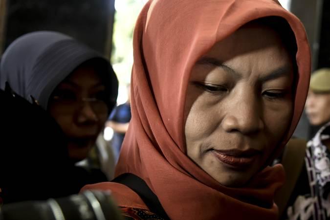 Terpidana kasus pelanggaran UU Informasi dan Transaksi Elektronik (ITE) Baiq Nuril tiba di Kemenkumham, Jakarta, Senin (8/7/2019). - ANTARA/Muhammad Adimaja
