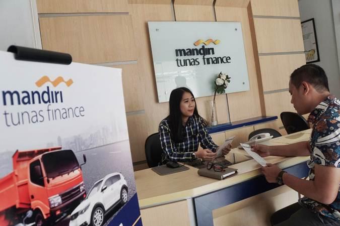 Karyawati melayani nasabah di salah satu kantor cabang Mandiri Tunas Finance (MTF) di Jakarta, Senin (1/7/2019). - Bisnis/Himawan L Nugraha