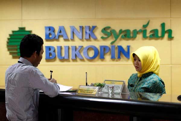 Nasabah bertransaksi di kantor Bank Bukopin Syariah Jakarta, Rabu (29/1). - Bisnis.com