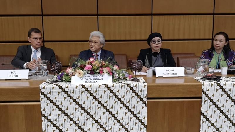 Duta Besar/Wakil Tetap RI untuk PBB di Wina, Darmansjah Djumala (kedua dari kiri)  berbicara dalam seminar bertajuk Industri 4.0 dan Ekonomi Kreatif di Markas PBB di Wina, Austria. - Dok. KBRI Wina