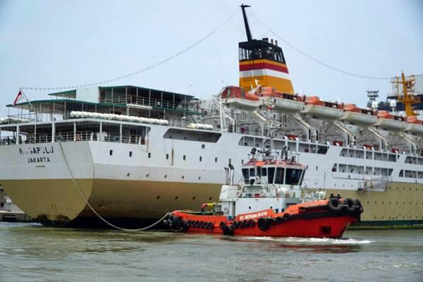 Kapal pemandu milik PT Jasa Armada Indonesia menarik kapal penumpang di Pelabuhan Tanjung Priok, Jakarta, Rabu (11/10). - JIBI/Endang Muchtar