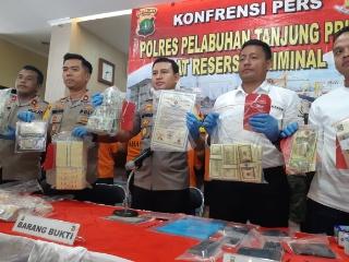 Pengungkapan uang palsu di Polres Pelabuhan Tanjung Priok, Kamis (11/7 - 2019). Foto: Rayful Mudassir