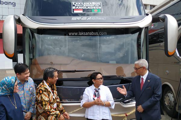 Menteri Luar Negeri Retno Marsudi (kedua dari kanan) saat melepas 4 unit bus hasil produksi karoseri Laksana ke Bangladesh pada Kamis (21/3/2019) - Bisnis/Thomas Mola