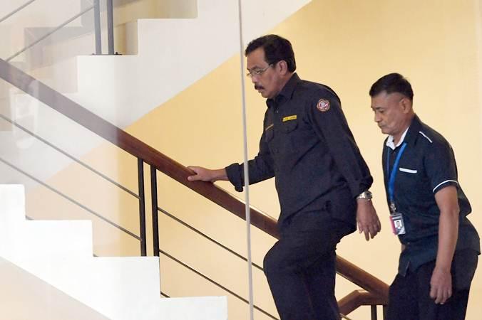 Gubernur Kepulauan Riau Nurdin Basirun (kiri) berjalan menuju ruang pemeriksaan saat tiba di gedung KPK di Jakarta pada Kamis (11/7/2019). - Antara/Akbar Nugroho Gumay