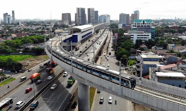 Kereta Moda Raya Terpadu (MRT) melintas di kawasan Fatmawati, Jakarta, Minggu (24/3/2019). - Bisnis/Abdullah Azzam
